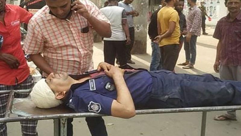 Modhupur Pir, OC among 10 injured in Munshiganj clash